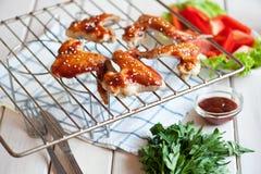 Asas de galinha picantes quentes do BBQ na grade com molho Fotografia de Stock Royalty Free