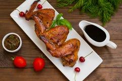 Asas de galinha postas de conserva no japonês Em uma tabela de madeira Vista superior Close-up fotos de stock royalty free