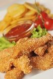 Asas de galinha quentes com batatas fritadas Fotografia de Stock