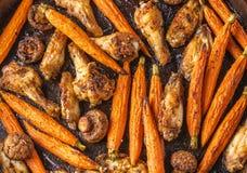 Asas de galinha Roasted com cenoura e fundo dos cogumelos foto de stock