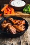 Asas de galinha Roasted com cenouras, aipo e molho de mergulho Imagens de Stock