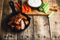 Asas de galinha Roasted com cenouras, aipo e molho de mergulho Fotografia de Stock Royalty Free