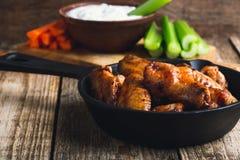 Asas de galinha Roasted com cenouras, aipo e molho de mergulho Fotos de Stock Royalty Free