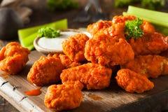 Asas de galinha sem ossos quentes e picantes do búfalo Imagem de Stock