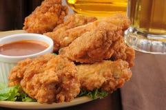 Asas e cerveja de galinha Fotografia de Stock Royalty Free