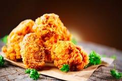 Asas e pés de frango frito na tabela de madeira fotografia de stock royalty free