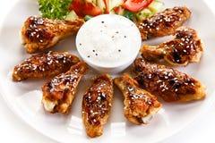 Asas e vegetais grelhados de galinha foto de stock royalty free
