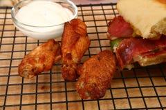 Asas picantes e sanduíche Fotografia de Stock Royalty Free
