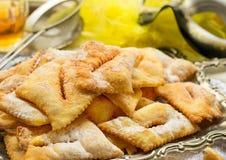 Asas torradas doces tradicionais do anjo com açúcar pulverizado e rum imagem de stock