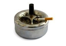 Asbakje en sigaret Stock Foto's