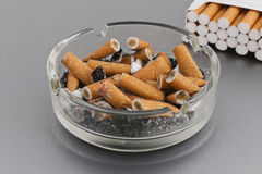 Asbakje en sigaretten Royalty-vrije Stock Afbeeldingen
