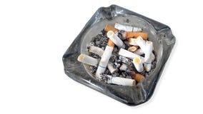 Asbakje en uitgestoken die uit sigaretten op witte achtergrond wordt geïsoleerd Royalty-vrije Stock Foto's
