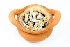 Asbakje met heel wat geïsoleerde sigaretuiteinden Stock Foto's