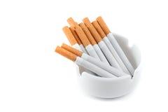 Asbakje met sigaretten Stock Foto's