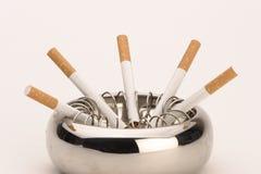 Asbakje met sigaretten Stock Afbeelding
