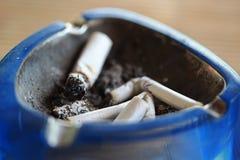 Asbakje met stomp van sigaretten Stock Foto