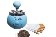 Asbakje, sigaretten en tabak Royalty-vrije Stock Foto's