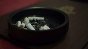 Asbakje van sigaret in het restaurant Stock Foto's