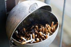 Asbakjehoogtepunt van gebruikte sigaretten Royalty-vrije Stock Foto's