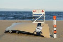Asbury公园海滩巡逻救生员立场和小船 免版税库存照片