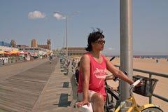 Asbury parkerar strandstrandpromenaden som är ny - ärmlös tröja USA Arkivbilder