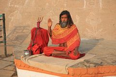 Ascétique coloré en Lotus Position, Varanasi, Inde images libres de droits
