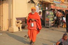 Ascétique coloré prend la balade de début de la matinée à Varanasi, Inde photographie stock