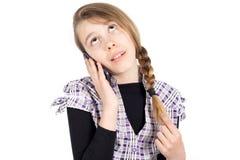 Ascendente agujereada el mirar fijamente de la muchacha mientras que escucha alguien en el teléfono Foto de archivo