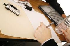 Ascendente cercano de firma del acuerdo foto de archivo libre de regalías