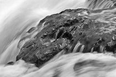Ascendente cercano de la cascada Imagenes de archivo