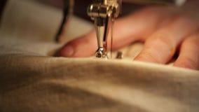 Ascendente cercano de la máquina de coser de la mano almacen de metraje de vídeo