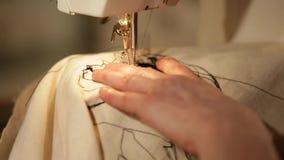 Ascendente cercano de la máquina de coser de la mano metrajes