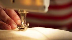 Ascendente cercano de la máquina de coser de la mano almacen de video