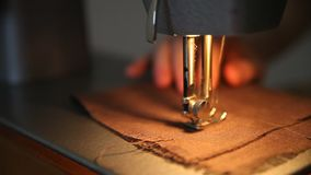 Ascendente cercano de la máquina de coser metrajes
