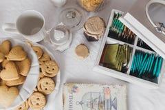 Ascendente cercano de la mesa de desayuno Fotografía de archivo libre de regalías