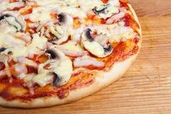 Ascendente cercano de la pizza Fotografía de archivo libre de regalías