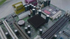 Ascendente cercano de la placa madre Placa de circuito electrónica con el procesador, cierre para arriba almacen de metraje de vídeo