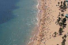 Ascendente cercano de la playa imagenes de archivo