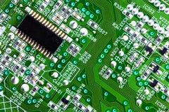 Ascendente cercano de la tarjeta y del chip de ordenador de circuitos Imágenes de archivo libres de regalías