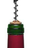 Ascendente cercano del corcho y del sacacorchos de la botella de vino rojo Fotos de archivo libres de regalías