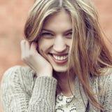Ascendente cercano sonriente feliz hermoso de la mujer imagen de archivo