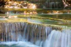 Ascendente fechado das cachoeiras azuis do córrego Fotos de Stock Royalty Free