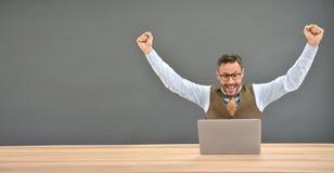 Ascendente fechado do homem de negócios feliz um negócio Foto de Stock