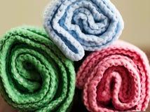 Ascendente próximo colorido dobrado dos rolos de toalhas de banho Fotos de Stock Royalty Free