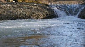 Ascendente próximo da cachoeira filme