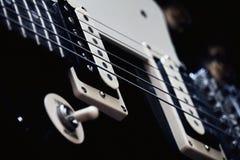 Ascendente próximo da guitarra foto de stock
