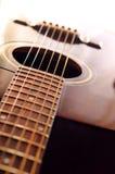 Ascendente próximo da guitarra imagem de stock