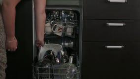 Ascendente próximo da máquina de lavar louça vídeos de arquivo