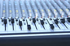Ascendente próximo de mistura audio do console Imagem de Stock