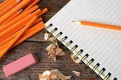 Ascendente próximo do lápis e do caderno Imagens de Stock